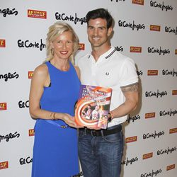 Aitor Ocio acompañado por Anne Igartiburu en la presentación de su libro