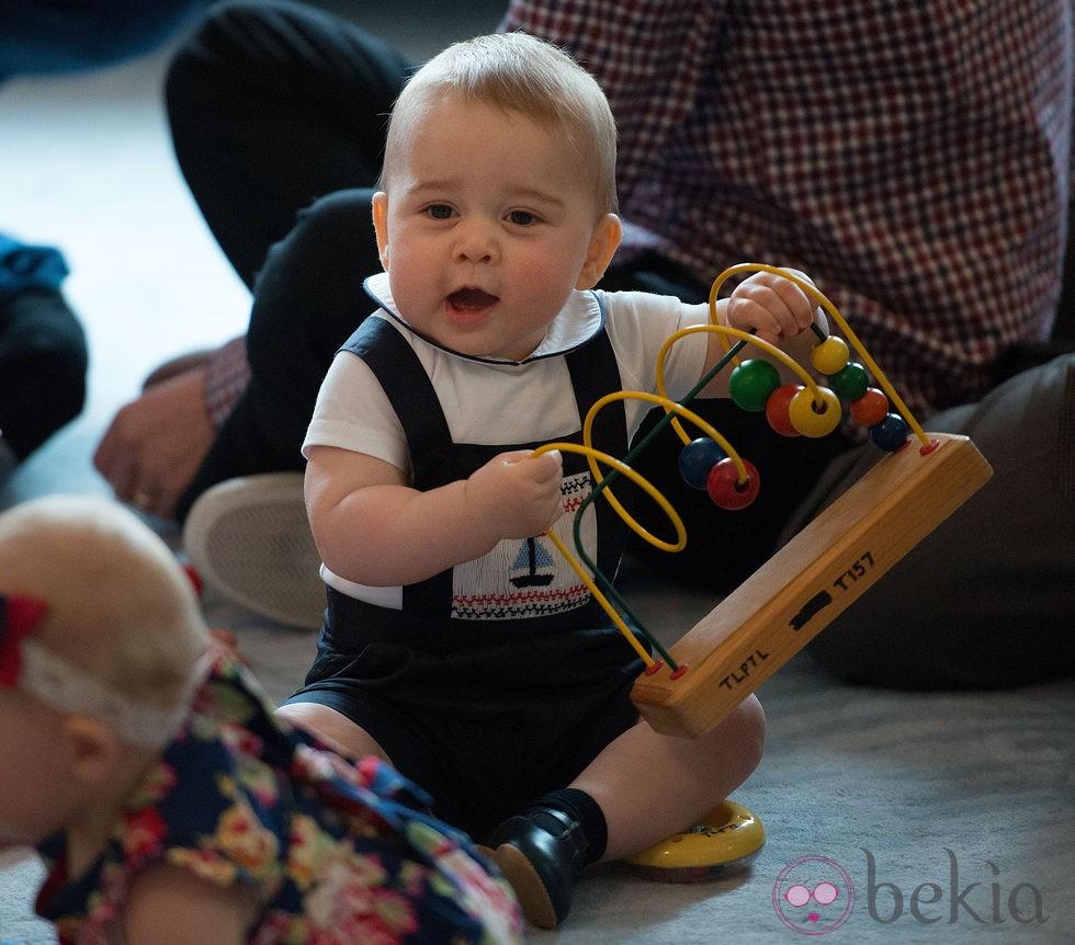 El Príncipe Jorge jugando en su primer acto oficial