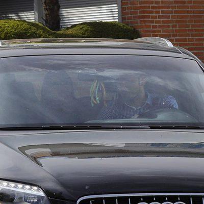 Iker Casillas y Sara Carbonero llevan en coche a su hijo Martín al pediatra