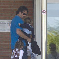 Carlos Moyá y sus hijos mayores visitan a Carolina Cerezuela y a su bebé Daniela