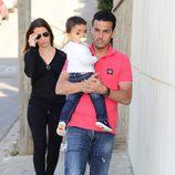 Pedro Rodríguez con su novia Carolina y su hijo Bryan en el primer cumpleaños de Lia Fábregas