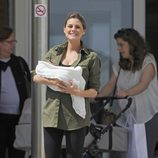 Amaia Salamanca con su hija Olivia en brazos a la salida del hospital