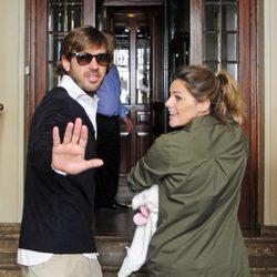 Amaia Salamanca y Rosauro Varo llegando a casa con su hija Olivia