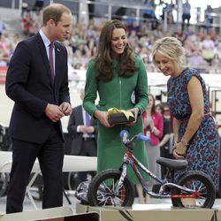 Los Duques de Cambridge reciben una bicicleta para el Príncipe Jorge en Nueva Zelanda