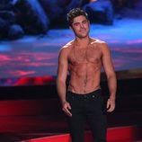 Zac Efron sin camiseta en los MTV Movie Awards 2014