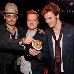 Johnny Depp, Josh Hutcherson y Sam Claflin en los MTV Movie Awards 2014