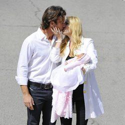 Carlos Moyá y Carolina Cerezuela se dan un beso en la presentación de su hija Daniela