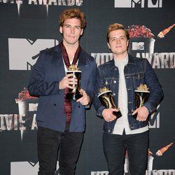Josh Hutcherson y Sam Claflin en los MTV Movie Awards 2014