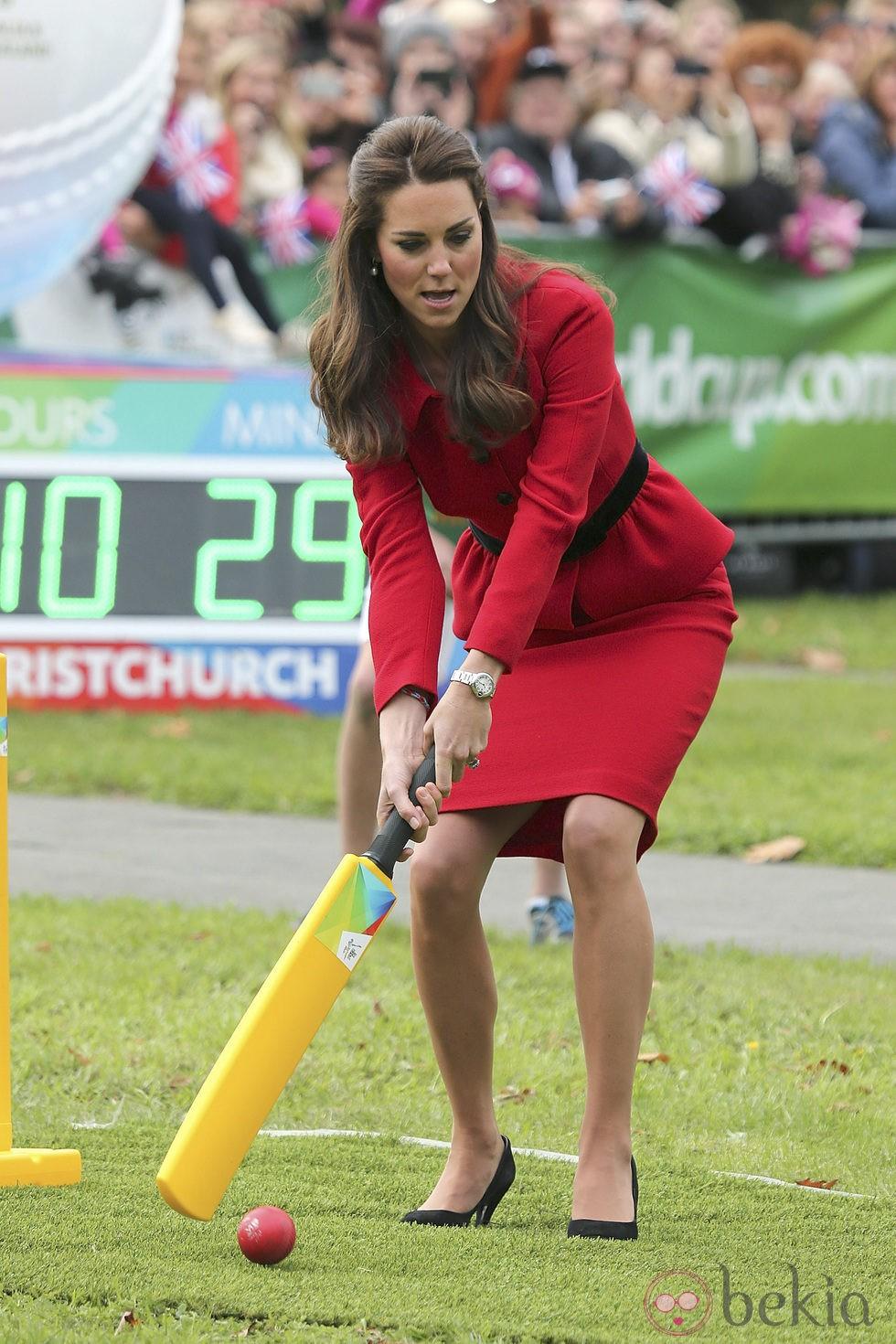 Kate Middleton jugando al críquet en Nueva Zelanda