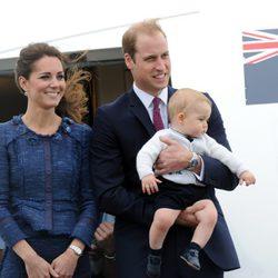 Los Duques de Cambridge y el Príncipe Jorge abandonan Nueva Zelanda