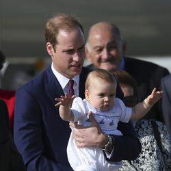 El Príncipe Guillermo y el Príncipe Jorge a su llegada a Australia