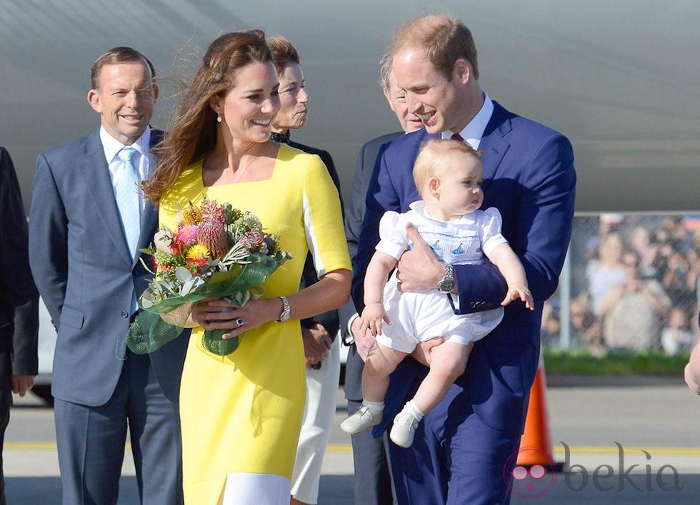 Los Duques de Cambridge y el Príncipe Jorge a su llegada a Australia
