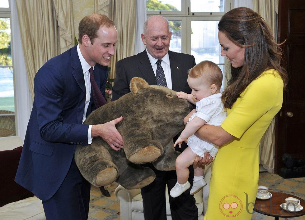El Príncipe Jorge recibe un wombat de peluche junto a los Duques de Cambridge en Sydney