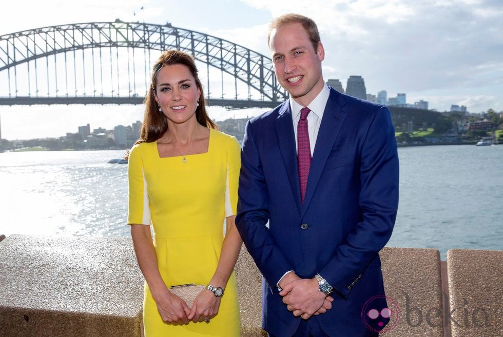 Los Duques de Cambridge posan frente a la bahía de Sydney