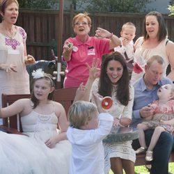 Kate Middleton juega con unos niños en un hospital de Sydney