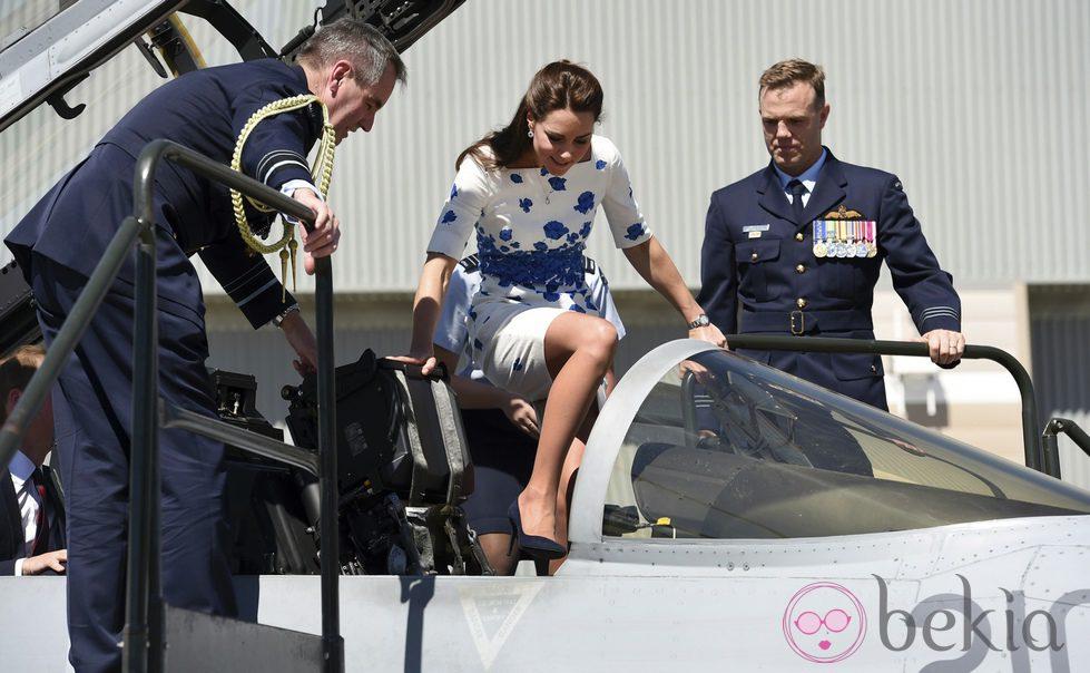 Kate Middleton montando en un avión de combate durante un viaje oficial por Australia