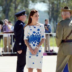 Kate Middleton en la base aérea cercana a Brisbane durante su viaje oficial a Australia