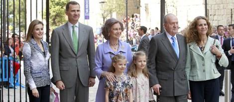 Los Reyes, los Príncipes Felipe y Letizia, las infantas Leonor y Sofía y la Infanta Elena en la misa de Pascua en Palma