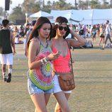 Victoria Justice con una amiga en el Festival de Coachella 2014