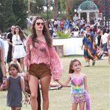 Alessandra Ambrosio con su hija Anja en el Festival de Coachella 2014