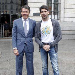 Cayetano Rivera con Ignacio González en el inicio de su viaje solidario por el mundo