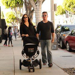 Simon Cowell y Lauren Silverman paseando a si hijo Eric por Los Angeles
