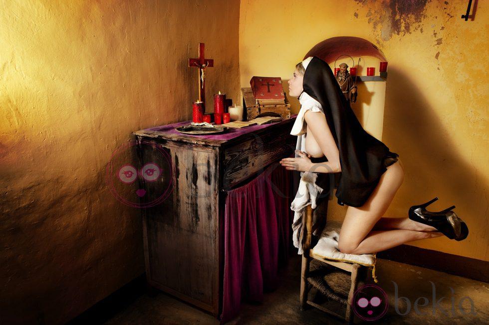 María Lapiedra convertida en monja y rezando desnuda