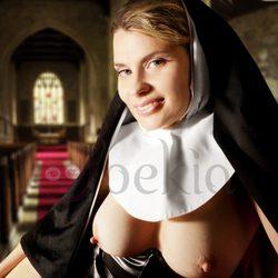 María Lapiedra posando desnuda convertida en monja