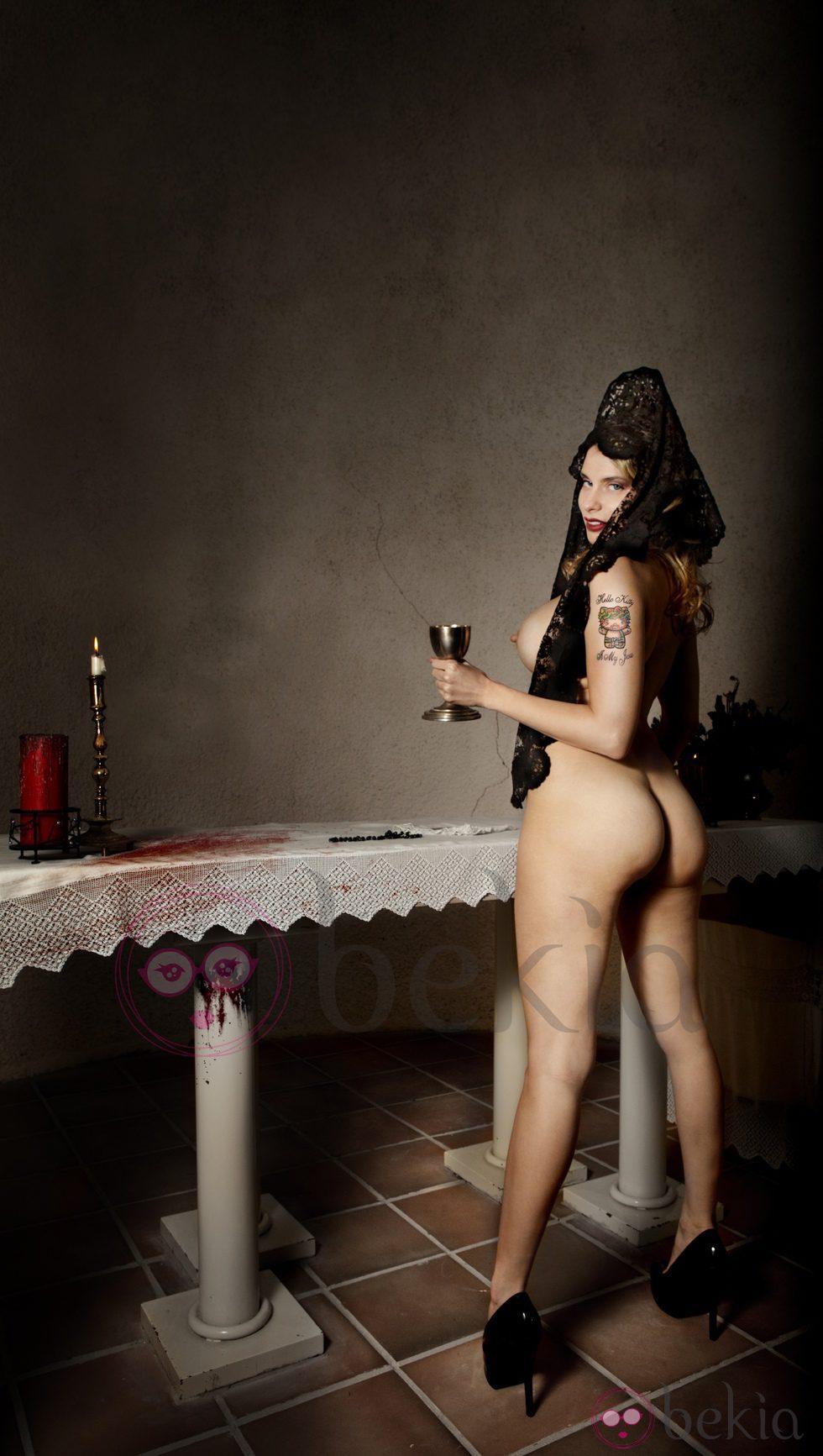 María Lapiedra posando desnuda luciendo únicamente una mantilla negra