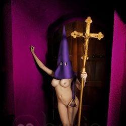 María Lapiedra desnuda con un capuchón morado de Semana Santa