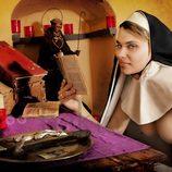 María Lapiedra leyendo textos religiosos desnuda y con un velo de monja