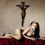 María Lapiedra posando desnuda bajo un crucifijo