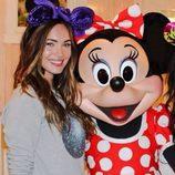Megan fox y Minnie Mouse en Disneyland