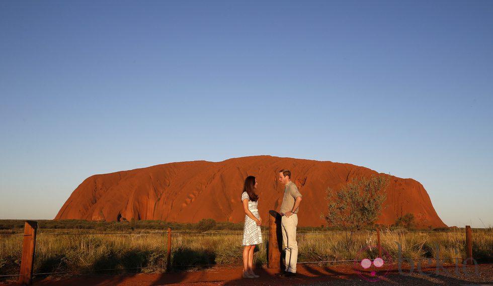 Los Duques de Cambridge se miran en Uluru