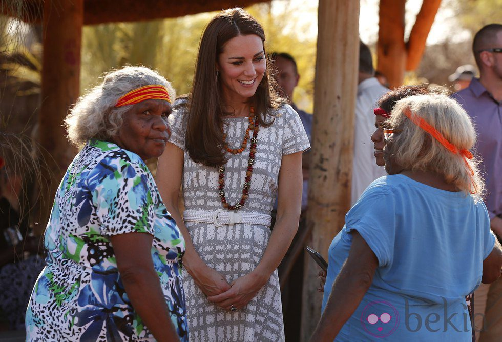 Kate Middleton charla con unas aborígenes en Uluru