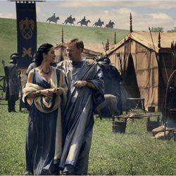 Carrie-Anne Moss y Jared Harris en un fotograma de 'Pompeya'
