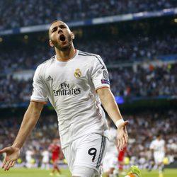 Benzemá celebra el gol del Real Madrid ante el Bayern de Munich en Champions