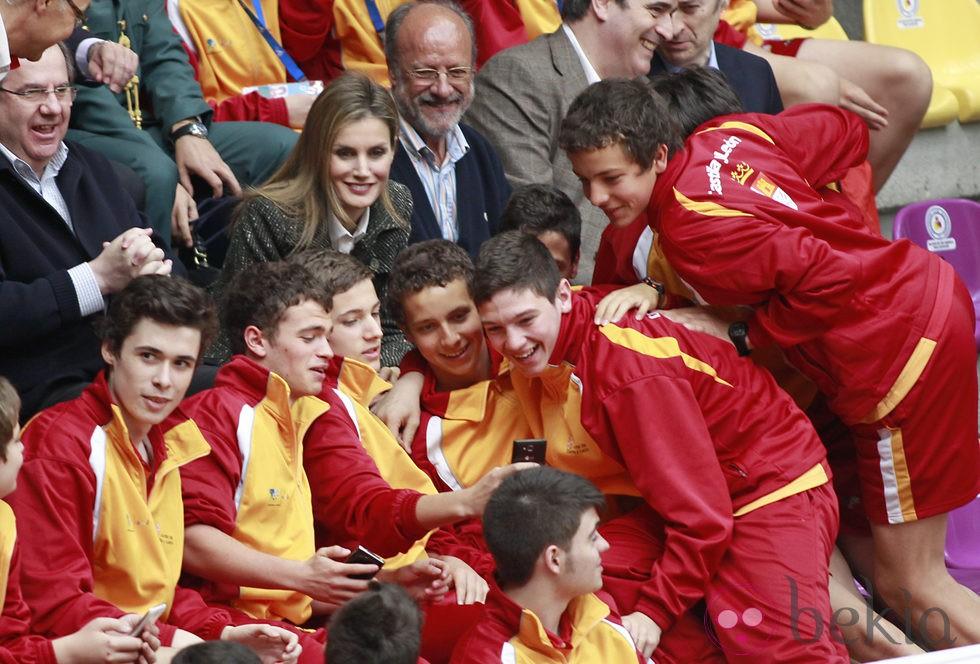 La Princesa Letizia se hace un selfie con los jóvenes jugadores de Voleibol en Valladolid