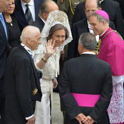 La Reina Sofía saludando de mantilla en el Vaticano