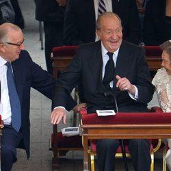 Rey Juan Carlos I y Reina Sofía saludan a Alberto II de Bélgica