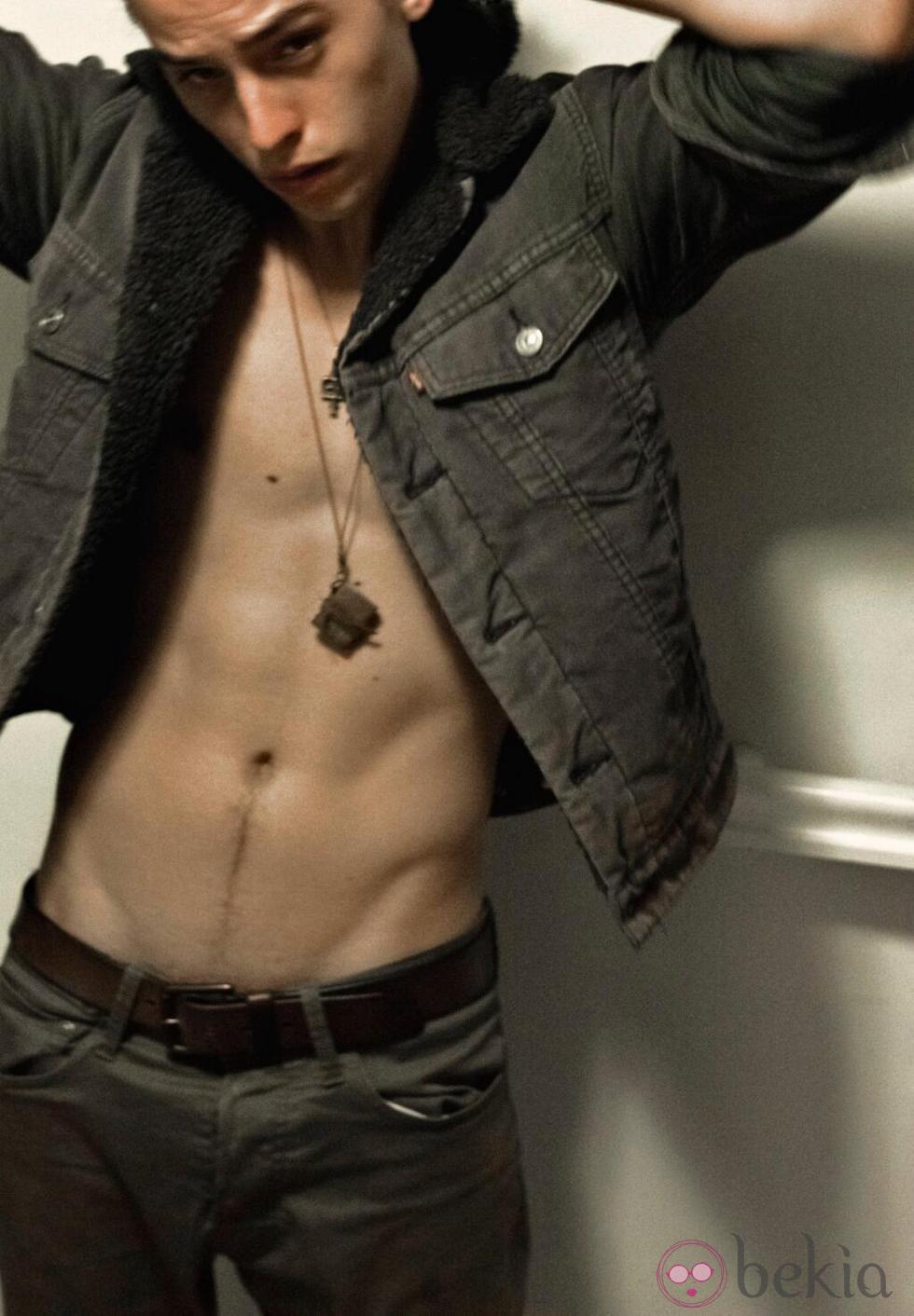 Cole Sprouse luce torso desnudo en una sesión fotográfica