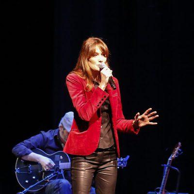 Carla Bruni ofreciendo un concierto en Los Angeles