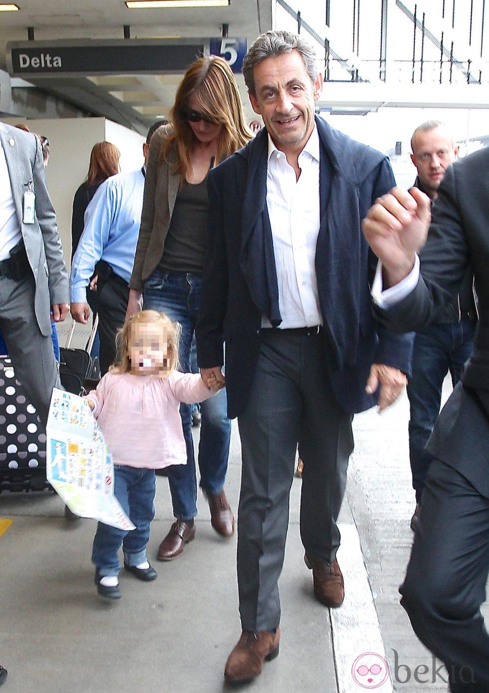 Nicolas Sarkozy y Carla Bruni con su hija Giulia en el aeropuerto de Los Angeles