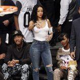 Rihanna en un partido de la NBA sin sujetador