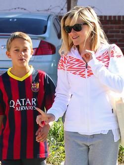 Reese Witherspoon con su hijo Deacon con la camiseta del Barça en Los Angeles