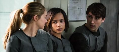 Shailene Woodley y Zoë Kravitz en un fotograma de 'Divergente'