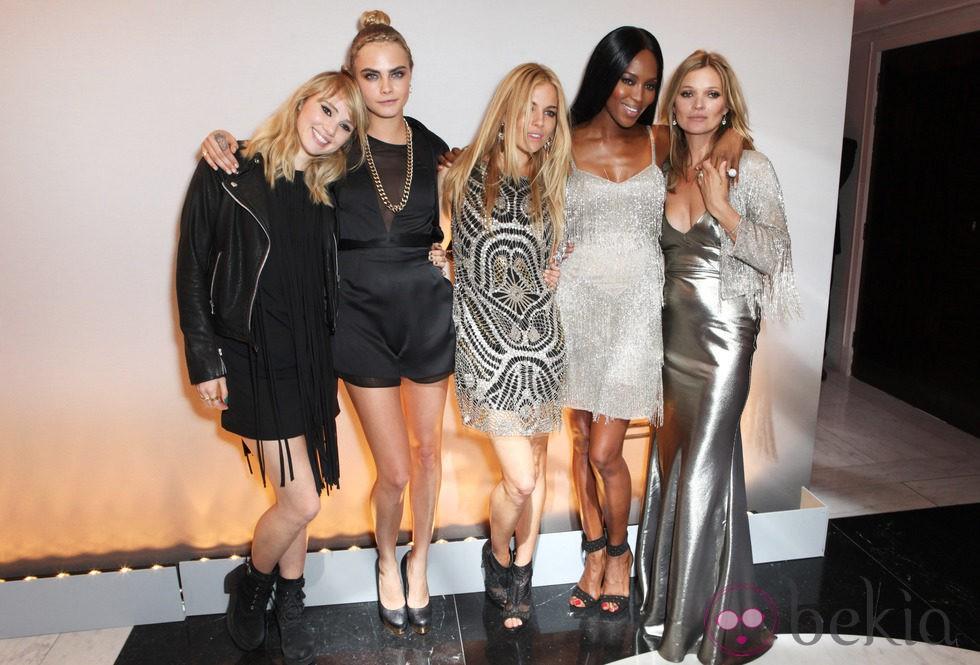 Suki Waterhouse, Cara Delevigne, Sienna Miller, Naomi Campbell,  y Kate Moss en la fiesta de presentación