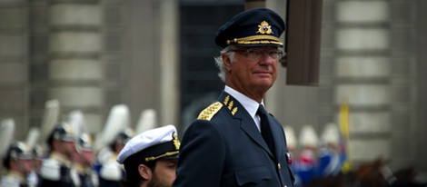 El Rey Carlos Gustavo de Suecia pasando revista a las tropas en su 68 cumpleaños