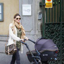 Amaia Salamanca paseando con su hija recién nacida Olivia