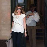Amaia Salamanca y Rosauro Varo llevando al pediatra a su hija Olivia
